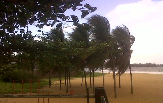 praia-camburi-ressaca-12062010a
