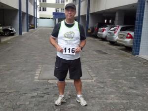 2012-05-20_08-04-18_42_Corrida_Mata_da_Praia_Fixando_a_Numeracao_