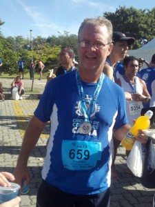 2012-05-27_09-30-36_200_Circuito_CAIXA_BH_eu_cansado_e_com_a_medalha_