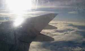 Asa do avião nos céus do Brasil