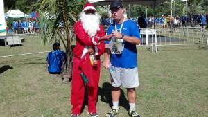 Um corredor vesido de Papai Noel, nesse calorão...corajoso.