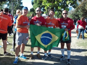 AC_BA_11_Com_um_grupo_de_Brasileirosl_2012-06-03_08-46-26_468